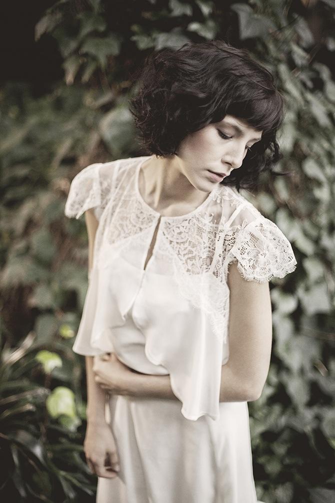 Piękna suknia ślubna Karolina Twardowska Atelier z kolekcji 2015 - Maya. Prosta i lekka, idealna dla kobiet ceniących sobie delikatność.