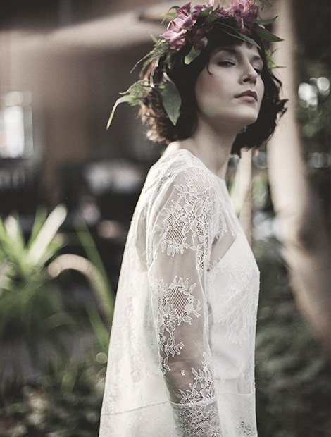 Marie to prosta suknia ślubna z delikatną, koronkową górą. Idealna dla kobiet o smukłej sylwetce. Karolina Twardowska Atelier.
