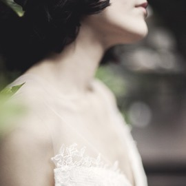 Poznaj wyjątkowe suknie ślubne z Atelier Karoliny Twardowskiej. Suknie, których siła tkwi w prostocie i detalu.