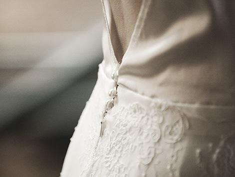 Koronkowa suknia ślubna Karolina Twardowska Atelier. Klasyka w nowym wydaniu. Jedwabna suknia z odsłoniętymi plecami.