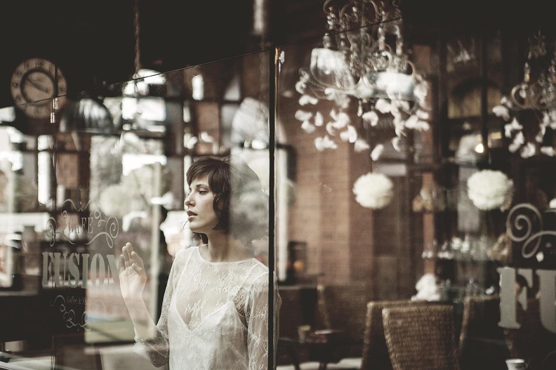 Krótka suknia do ślubu. Piękny, koronkowy model z odkrytymi plecami. Karolina Twardowska Atelier.