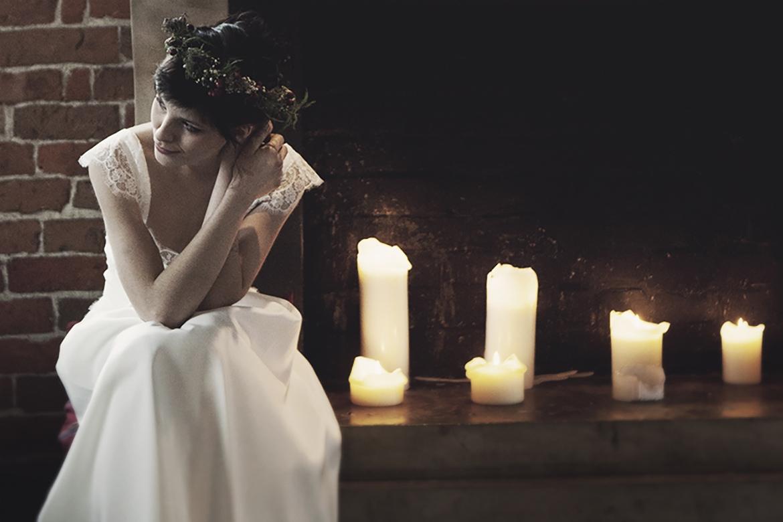 Romantyczna suknia ślubna. Bufiaste rękawki, odkryte plecy i rozkloszowany dół. Karolina Twardowska Atelier.